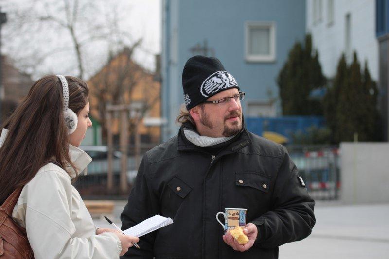 Reporterin der Frankfurter Neuen Presse beim Interview