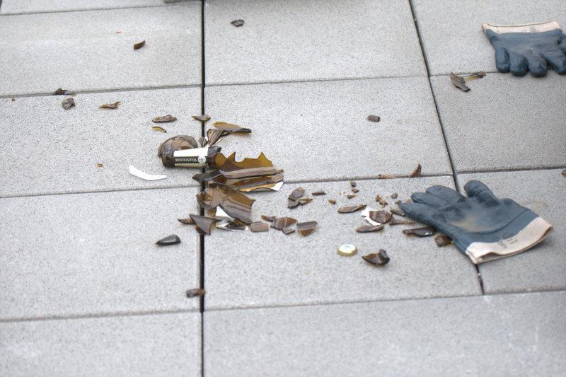 Die Bauarbeiter haben alles fallen lassen und ihre Arbeit unterbrochen!