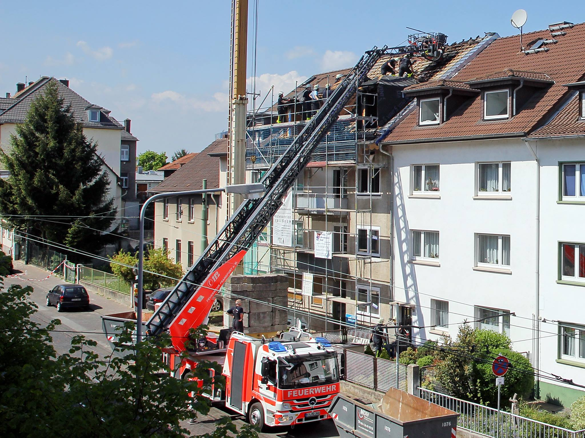 Brand Oberrad 23.04.2014 Offenbacher Landstraße - Aufräumarbeiten Foto: Michael Dengler